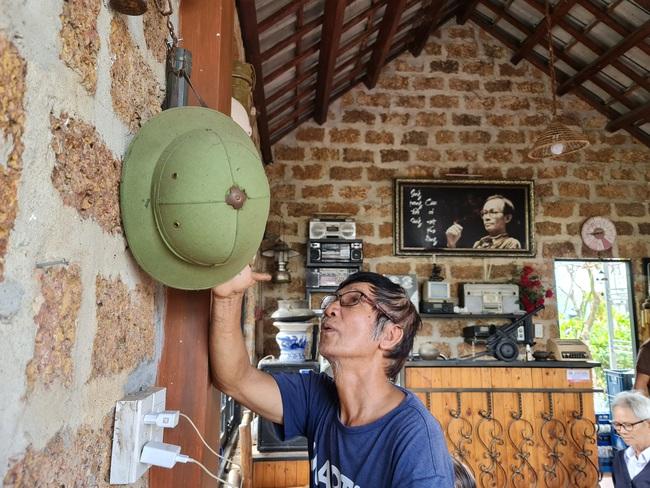 Quán cà phê độc đáo với đá ong và đồ nhà nông - Ảnh 1.
