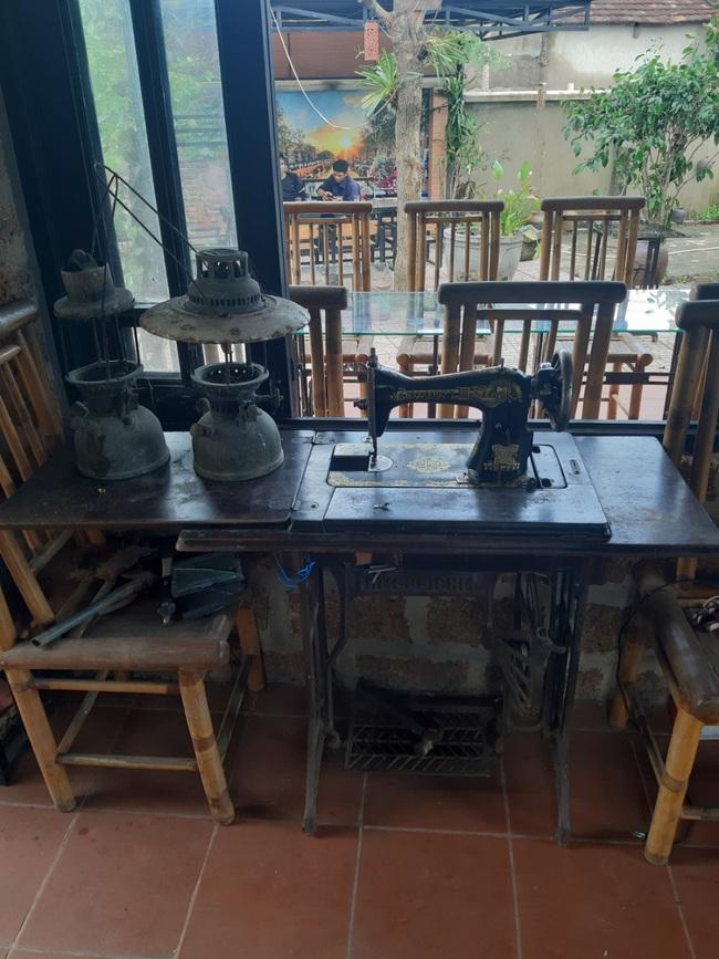 Quán cà phê độc đáo với đá ong và đồ nhà nông - Ảnh 4.