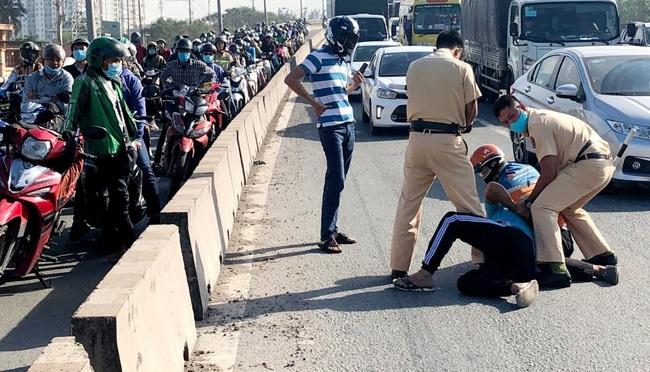 Khởi tố tài xế xe ben lạng lách đánh võng, tông xe CSGT để bỏ chạy tội chống người thi hành công vụ - Ảnh 2.