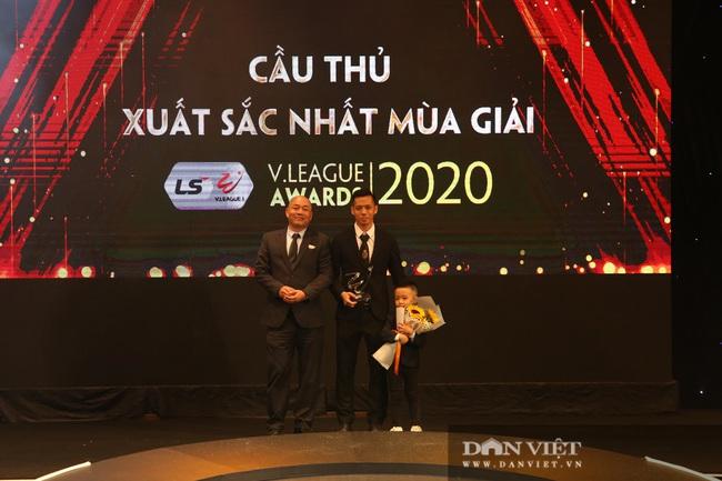 Văn Quyết nói gì khi đoạt giải Cầu thủ xuất sắc nhất V.League 2020? - Ảnh 6.
