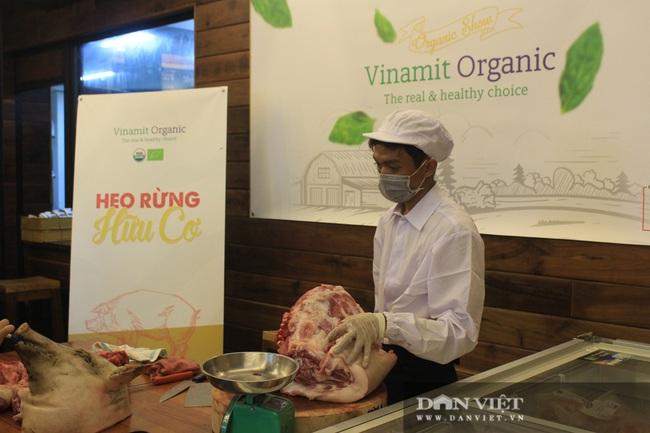 Phiên chợ organic tại Sài Gòn: Doanh nghiệp mang heo rừng hữu cơ đến xẻ thịt bán cho người tiêu dùng - Ảnh 3.