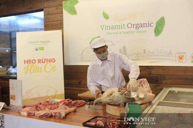 Phiên chợ organic tại Sài Gòn: Doanh nghiệp mang heo rừng hữu cơ đến xẻ thịt bán cho người tiêu dùng - Ảnh 2.