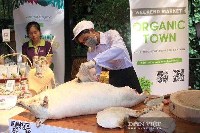 Phiên chợ organic tại Sài Gòn: Doanh nghiệp mang heo rừng hữu cơ đến xẻ thịt bán cho người tiêu dùng - Ảnh 1.