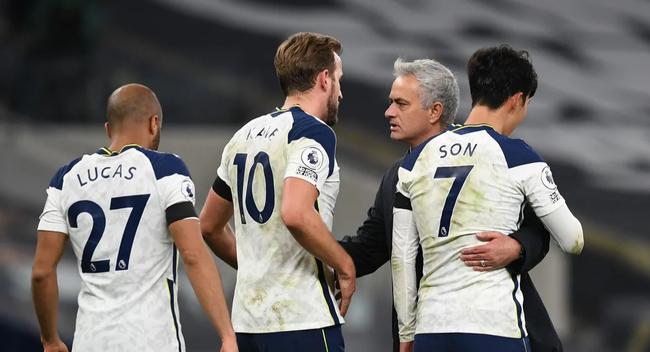 Mourinho ăn mừng cùng học trò sau chiến thắng.