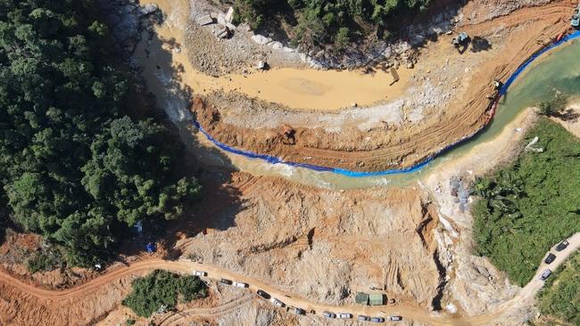 Phát hiện thi thể công nhân bị sạt lở vùi lấp giữa lòng sông tại Rào Trăng 3  - Ảnh 2.