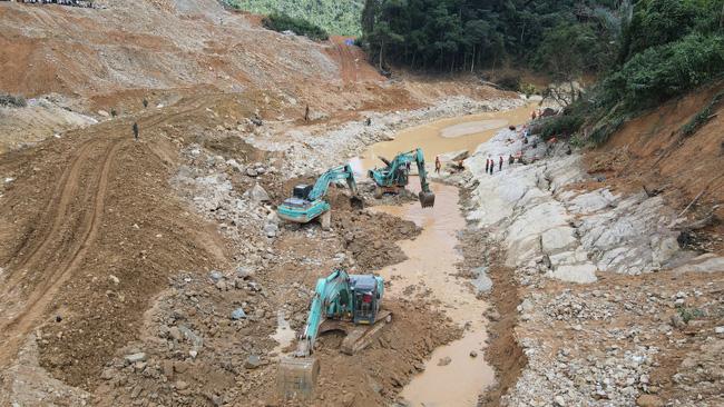 Phát hiện thi thể công nhân bị sạt lở vùi lấp giữa lòng sông tại Rào Trăng 3  - Ảnh 1.