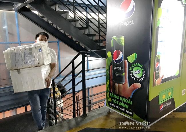 Khách vác vali lên 4-5 tầng lầu đón xe: Grab, be nói sẵn sàng mua quyền khai thác tại sân bay Tân Sơn Nhất - Ảnh 1.