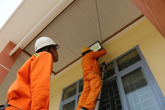 PC Đắk Nông: Tặng hệ thống chiếu sáng cho điểm Trường Tiểu học La Văn Cầu - Ảnh 3.