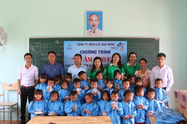 PC Đắk Nông: Tặng hệ thống chiếu sáng cho điểm Trường Tiểu học La Văn Cầu - Ảnh 1.