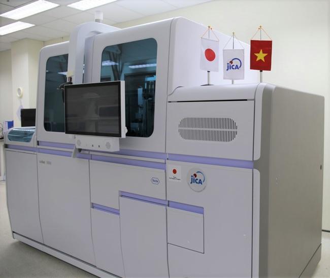 JICA hỗ trợ máy sinh học phân tử tự động cho Việt Nam phòng chống Covid-19 - Ảnh 1.