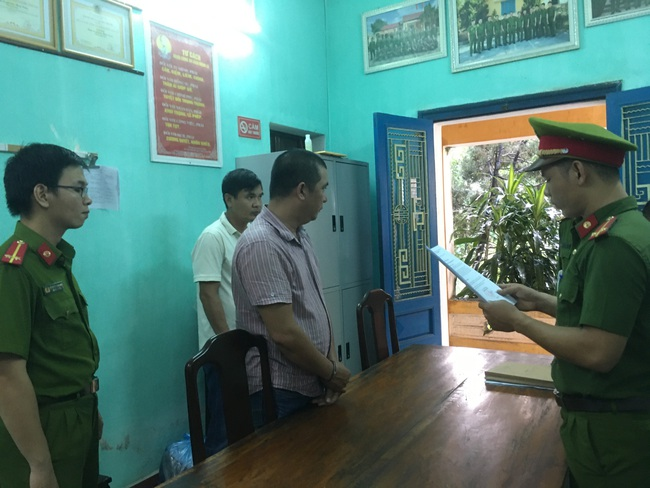 Công an đọc lệnh khởi tố vụ án, khởi tố bị can và ra lệnh bắt tạm giam đối với đối tượng Nguyễn Phước Quý Tuấn.