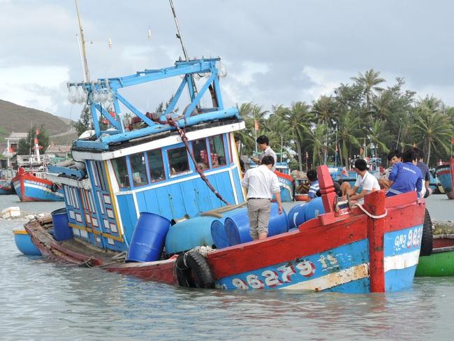 Quảng Ngãi: Tàu cá cùng 3 ngư dân bị sóng biển đánh chìm trong đêm - Ảnh 1.