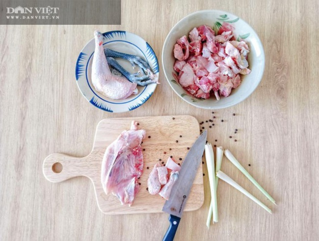 Tuyệt chiêu nấu mì Quảng gà thơm ngon đúng điệu, mẹ nấu con mê - Ảnh 1.