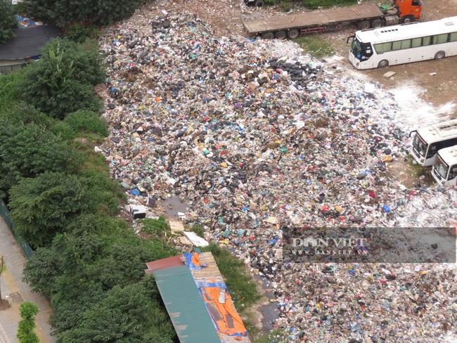 """Cận cảnh hàng trăm tấn rác """"hành"""" người dân Thủ đô - Ảnh 4."""
