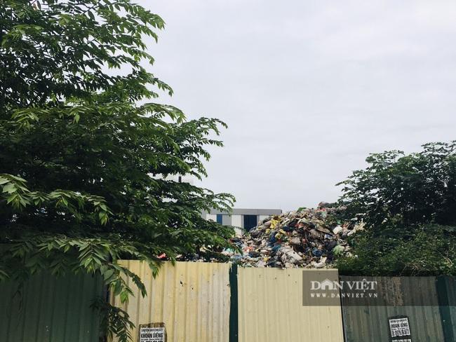 """Cận cảnh hàng trăm tấn rác """"hành"""" người dân Thủ đô - Ảnh 3."""
