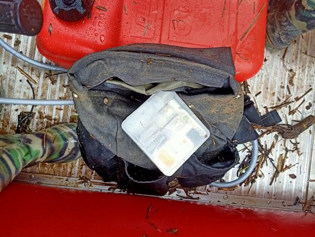 Nóng: Tìm thấy balo túi xách của 2 du khách bị lũ cuốn - Ảnh 2.