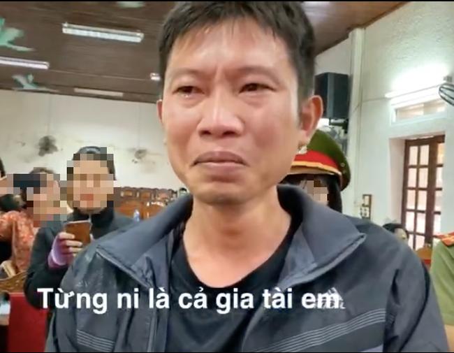 """Thủy Tiên trao tiền """"khủng"""" khiến người đàn ông tại Nghệ An bật khóc nức nở - Ảnh 2."""