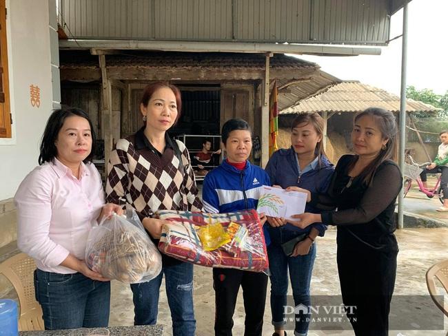 Báo NTNN tặng quà cho người dân vùng lũ Hà Tĩnh: Thăm những hộ đặc biệt khó khăn - Ảnh 6.