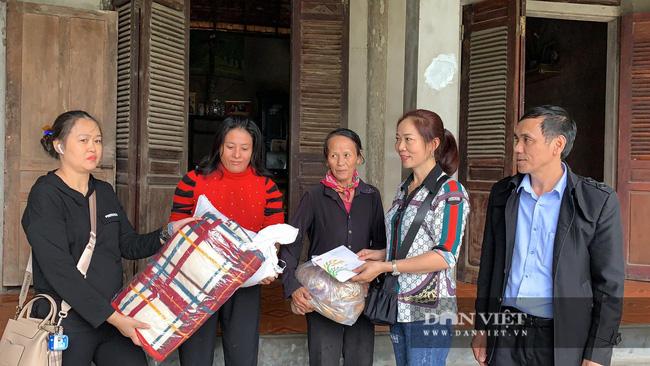 Báo NTNN tặng quà cho người dân vùng lũ Hà Tĩnh: Thăm những hộ đặc biệt khó khăn - Ảnh 1.