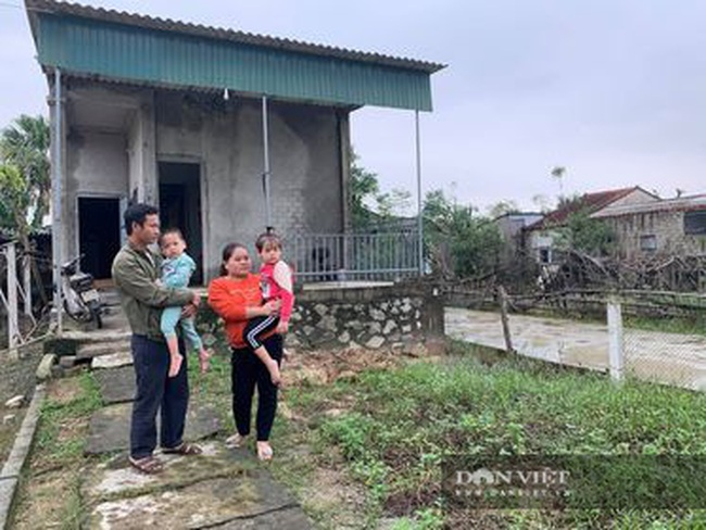 Báo NTNN tặng quà cho người dân vùng lũ Hà Tĩnh: Thăm những hộ đặc biệt khó khăn - Ảnh 4.