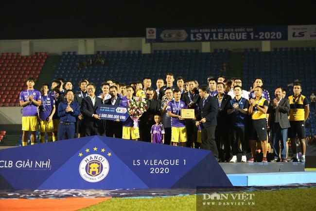 Bầu Hiển động viên các cầu thủ CLB Hà Nội sau khi để tuột mất chức vô địch - Ảnh 2.