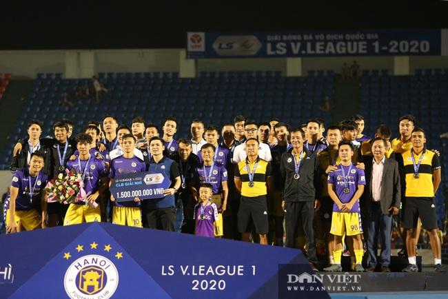 Bầu Hiển động viên các cầu thủ CLB Hà Nội sau khi để tuột mất chức vô địch - Ảnh 3.