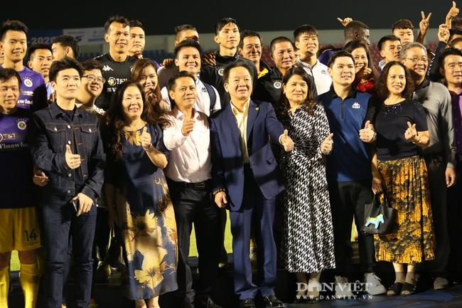 Bầu Hiển động viên các cầu thủ CLB Hà Nội sau khi để tuột mất chức vô địch - Ảnh 4.