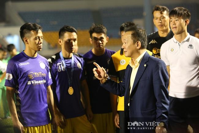 Bầu Hiển động viên các cầu thủ CLB Hà Nội sau khi để tuột mất chức vô địch - Ảnh 5.