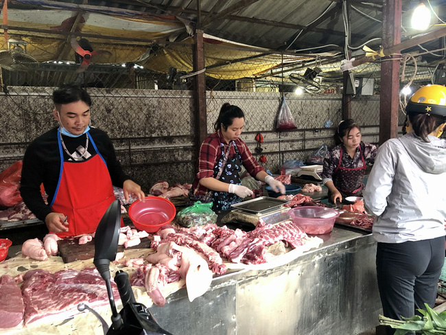 Giá heo hơi giảm sâu, nhiều nơi về dưới 70.000 đồng/kg, Tết này không lo thiếu thịt? - Ảnh 1.
