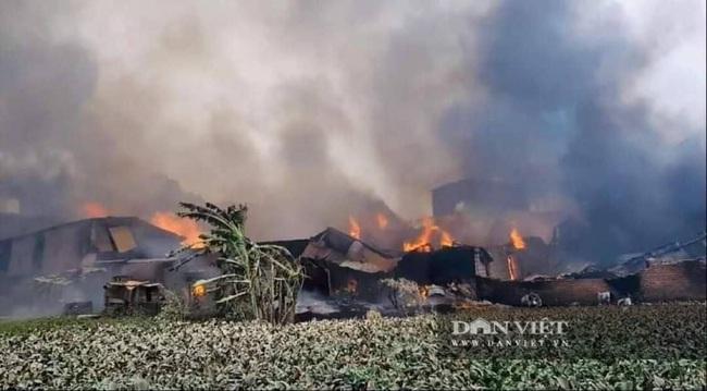 Hình ảnh cháy lớn tại ngoại thành Hà Nội - Ảnh 1.