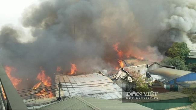 Hình ảnh cháy lớn tại ngoại thành Hà Nội - Ảnh 2.