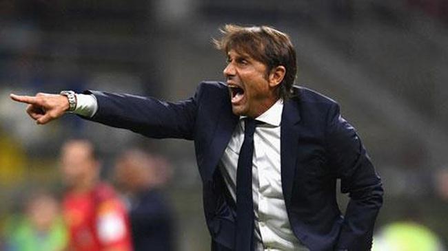 Conte sôi tiết mắng xối xả phóng viên.