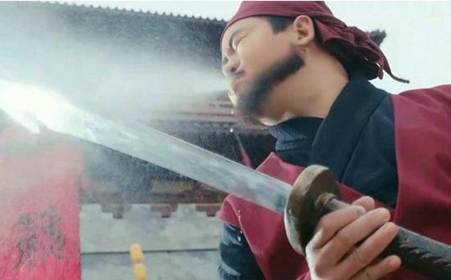 Trước khi xử tử phạm nhân, vì sao đao phủ Trung Hoa xưa lại phải phun rượu lên lưỡi đao? - Ảnh 1.
