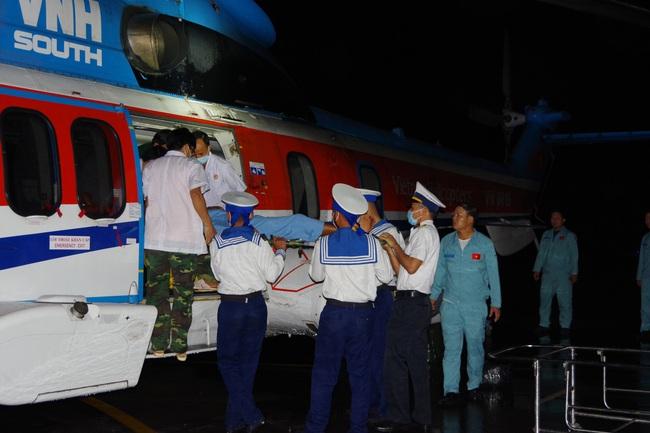 Bay cấp cứu xuyên đêm cứu bệnh nhân tắc mật từ Trường Sa - Ảnh 1.