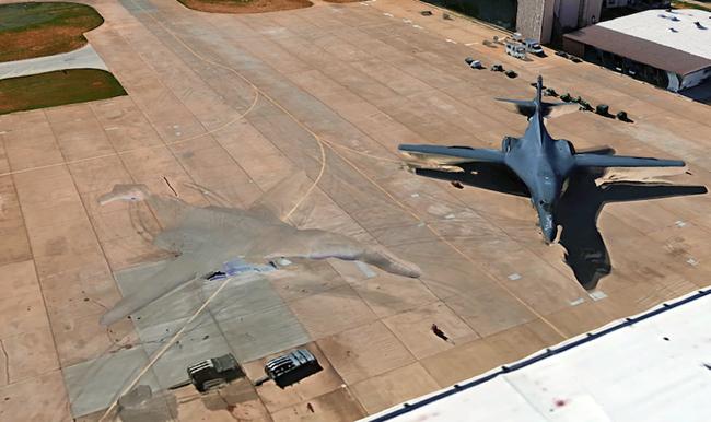 Phi thuyền của người ngoài hành tinh xuất hiện bên cạnh máy bay ném bom B-1 của Không quân Hoa Kỳ  - Ảnh 2.