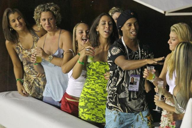 Trừ sân cỏ, mọi nơi Ronaldinho đến đều phải có gái.