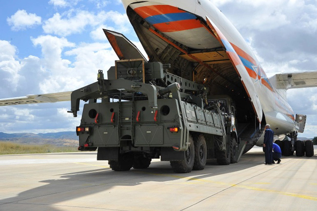Trump mạnh tay trừng phạt đồng minh NATO vì mua vũ khí Nga  - Ảnh 1.