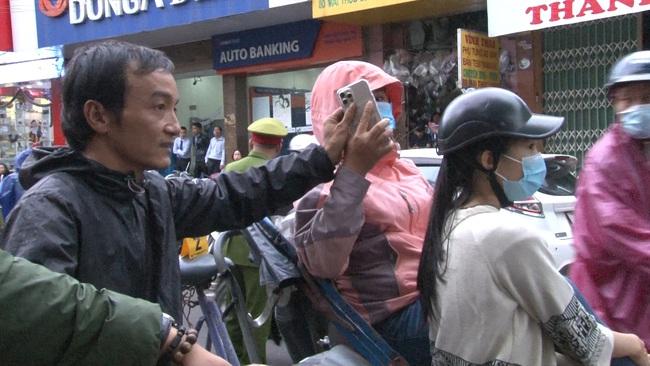 Huế: Cô gái bị cướp giật táo tợn khi đang ngồi xích lô chụp ảnh trên trên phố  - Ảnh 1.