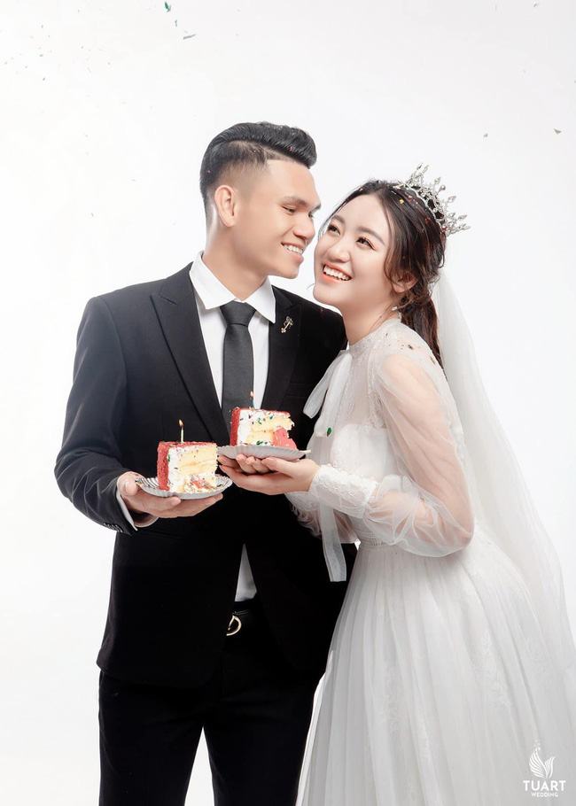 """Vợ tương lai của cầu thủ """"nghèo"""" nhất ĐT Việt Nam: Xinh hết phần người khác - Ảnh 1."""