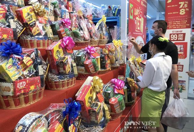 Hàng Tết, giỏ quà Tết đã lên kệ, khuyến mãi sớm để người dân mua sắm - Ảnh 3.