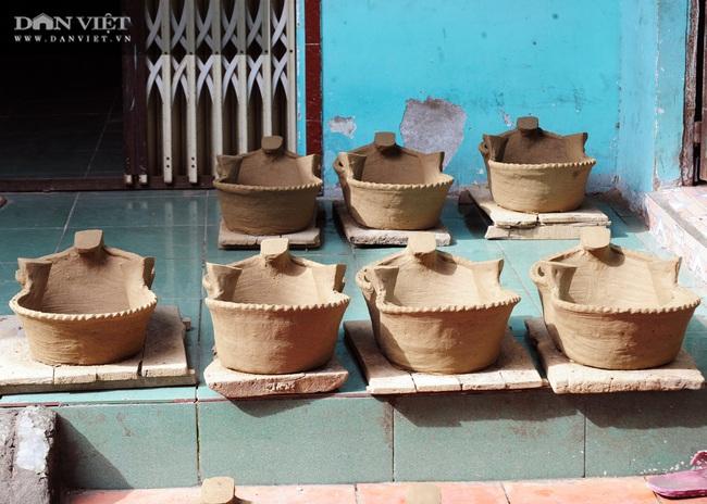 Về làng gốm Phnôm Pi ở vùng Bảy Núi, xem các chị làm nồi đất, khuôn bánh bằng tay - Ảnh 3.