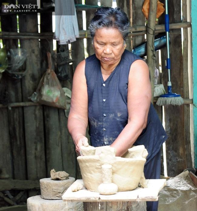 Về làng gốm Phnôm Pi ở vùng Bảy Núi, xem các chị làm nồi đất, khuôn bánh bằng tay - Ảnh 5.