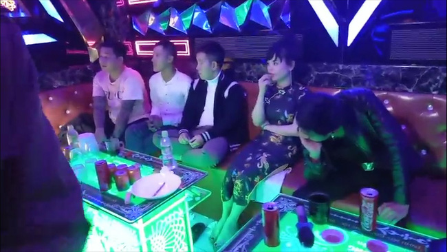 """TT-Huế: Đột kịch quán karaoke lúc nửa đêm, phát hiện 16 nam nữ mở """"tiệc"""" ma túy  - Ảnh 1."""