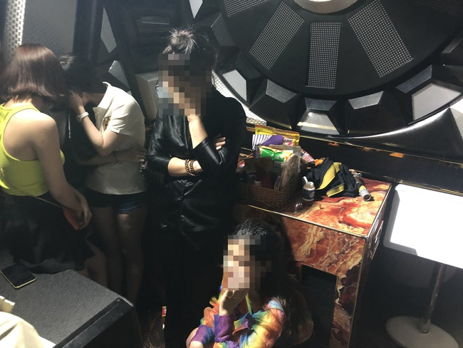 """Chùm ảnh Công an đột kích quán karaoke Victory phát hiện 21 """"dân chơi"""" dương tính chất ma tuý - Ảnh 3."""