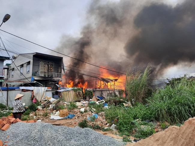 Sau tiếng nổ lớn, cháy liên tiếp 4 căn nhà - Ảnh 2.