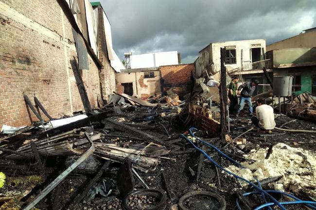 Sau tiếng nổ lớn, cháy liên tiếp 4 căn nhà - Ảnh 3.