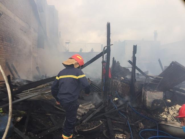 Sau tiếng nổ lớn, cháy liên tiếp 4 căn nhà - Ảnh 1.