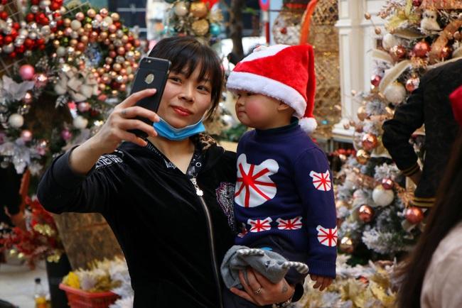 """Người dân đua nhau tạo dáng đón Noel, tiểu thương nhăn nhó treo biển """"không chụp ảnh"""" - Ảnh 4."""