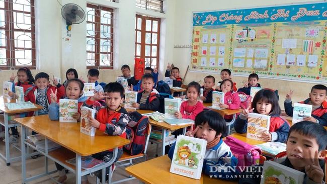 """Trao tặng gần 5.000 quyển vở ô ly cao cấp tuổi thơ cho 973 em sinh """"rốn"""" lũ Thanh Chương (Nghệ An) - Ảnh 6."""