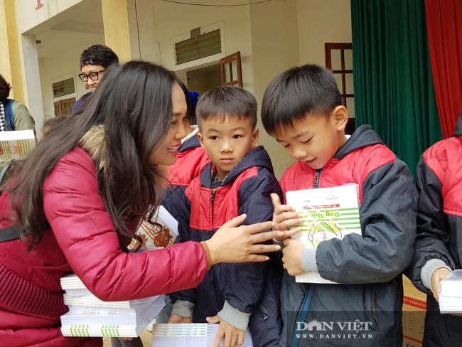 """Trao tặng gần 5.000 quyển vở ô ly cao cấp tuổi thơ cho 973 em sinh """"rốn"""" lũ Thanh Chương (Nghệ An) - Ảnh 8."""